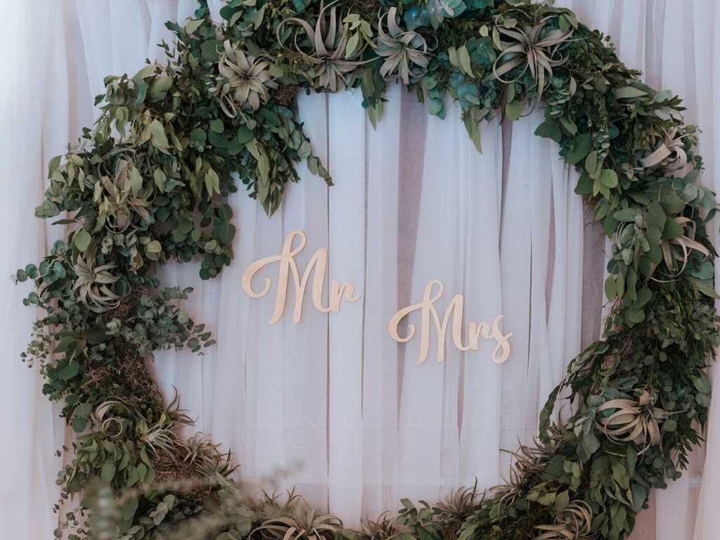 Brauttisch-Hintergrund—Vorhänge-weiß-mit-Gestell