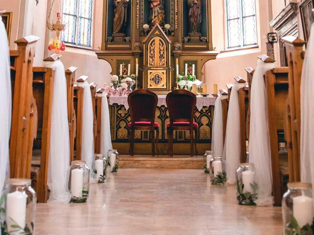 Tüllschleifen-für-die-Kirchenbänke