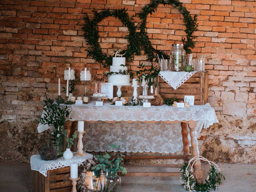 alter-Holztisch-zB-als-Sweet-Table
